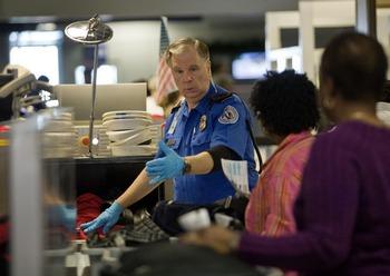 В аэропорту самолет был встречен сотрудниками спецслужб. На земле лайнер отогнали в безопасное место, после чего был проведен его тщательный досмотр. Фото: Tom Pennington/Getty Images
