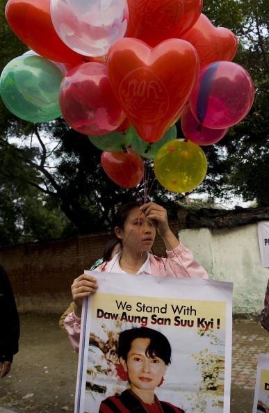 Аун Сан Су Чжи - лидер оппозиции Мьянмы вышла на свободу. Фоторепоптаж. Фото: MANPREET ROMANA/SOE THAN WIN /CKN/Getty Image
