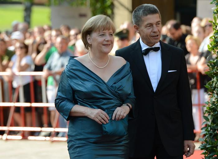 Канцлер Германии Ангела Меркель и её муж Иоахим Зауэр на открытии оперного фестиваля Вагнера в оперном театре в южном немецком городе Байройте. 25 июля 2012 года. Фото: CHRISTOF STACHE/AFP/GettyImages