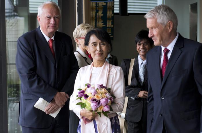 Аун Сан Су Чжи находится с визитом в Европе. Фоторепортаж. Фото: KENZO TRIBOUILLARD, SEBASTIEN FEVAL, YOSHIKO KUSANO/AFP/GettyImages