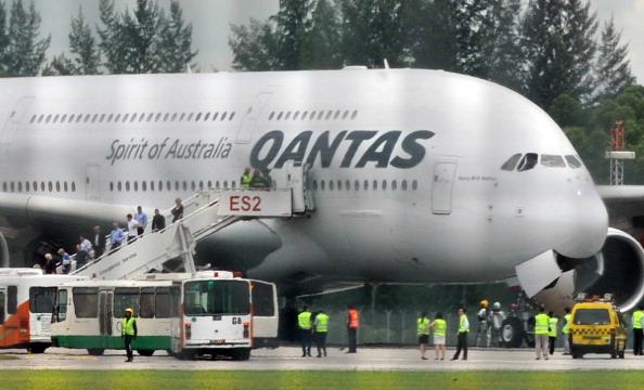 А380 - самолет, совершивший вынужденную посадку, потерпел аварию двигателя над индонезийским городом Батама. Фоторепортаж. Фото: ALIF AJA/AFP/Getty Images