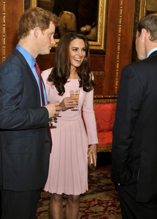 Кэтрин, герцогиня Кембриджская, принц Уильям и принц Гарри на обеде суверенных монархов, приглашённых королевой Елизаветой II. Фоторепортаж. Фото: John Stillwell - WPA Pool/Getty Images