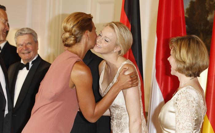 Принцесса Монако Шарлин и немецкая пловчиха Франциска ван Almsick  в Берлине на правительственнои ужине.  Фоторепортаж. Фото: Andreas Rentz/Getty Images