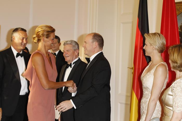 немецкая пловчиха Франциска ван Almsick  и принц Альберт II  в Берлине на правительственном  ужине.  Фоторепортаж. Фото: Andreas Rentz/Getty Images
