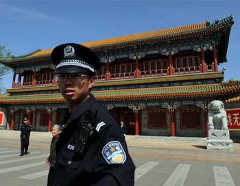 Сотрудник безопасности около Чжуннаньхай, центральной штаб-квартиры коммунистической партии Китая, Пекин, 11 апреля. Фото: Mark Ralston/AFP/Getty Images