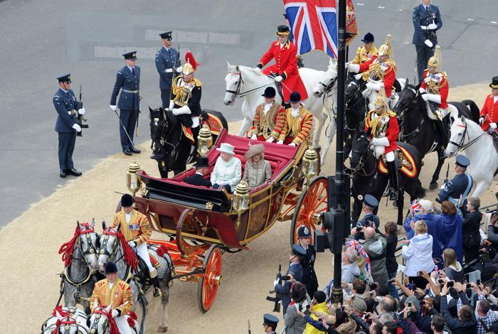 Королева Елизавета II в честь празднования бриллиантового юбилея приветствует своих подданных. Фоторепортаж. Фото: Dan Kitwood/Getty Images