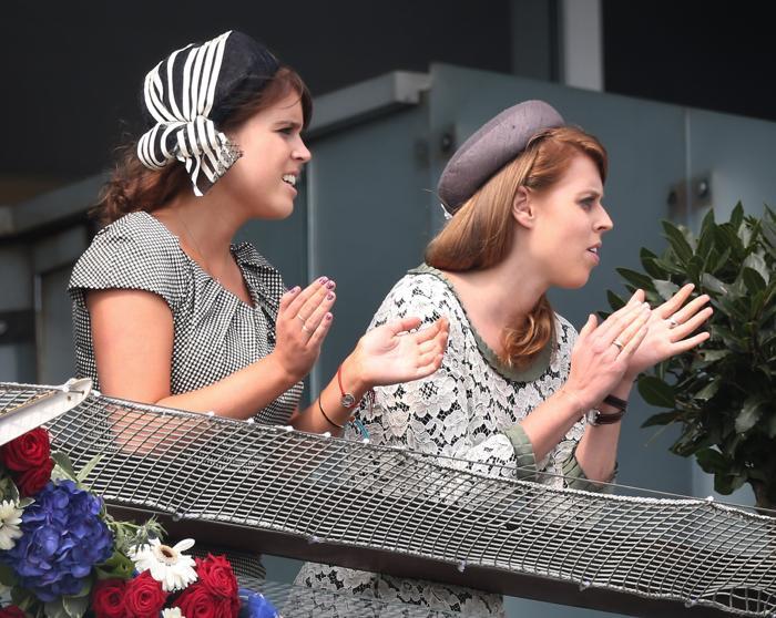 Принцессы Евгения и Беатрис на скачках в юбилейном дерби в честь юбилея правления королевы Елизаветы II. Фоторепортаж. Фото: Peter Macdiarmid/Getty Images