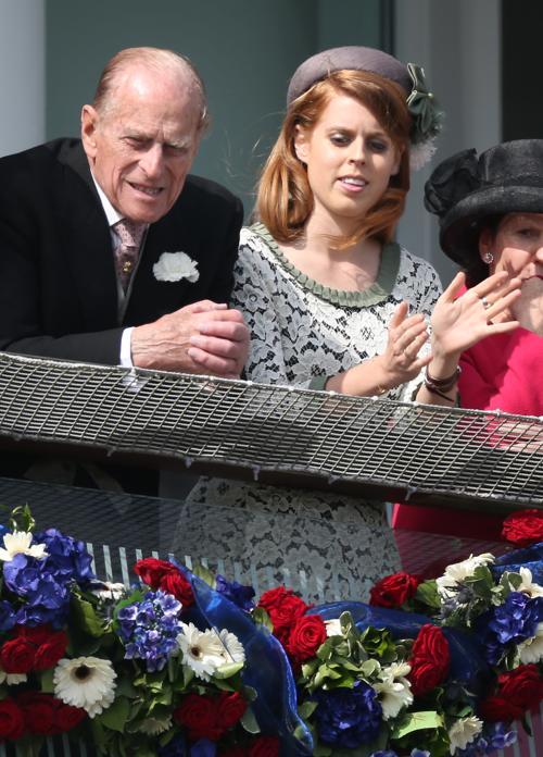 Принц Филипп, герцог Эдинбургский  и  принцесса   Беатрис на скачках в юбилейном дерби в честь юбилея правления королевы Елизаветы II. Фоторепортаж. Фото: Peter Macdiarmid/Getty Images