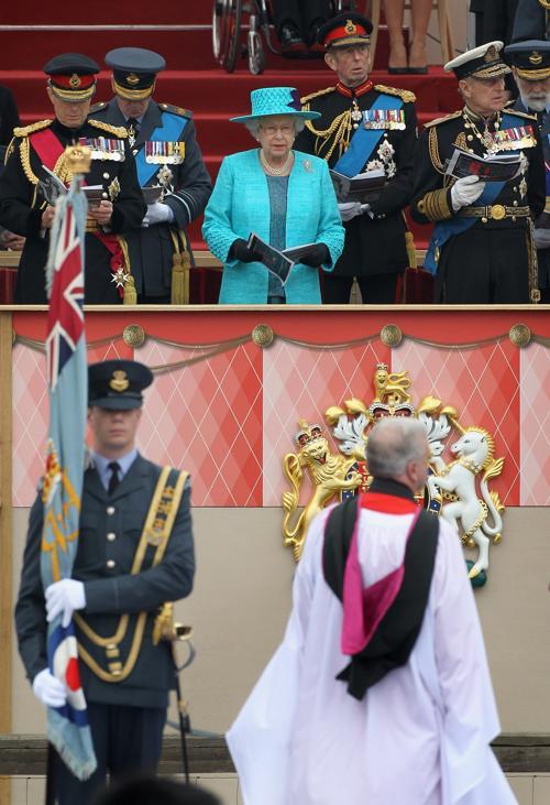 Королева Елизавета II в Виндзоре посетила военный парад в честь  юбилея её правления. Фоторепортаж. Фото: Chris Jackson - WPA Pool/Getty Images
