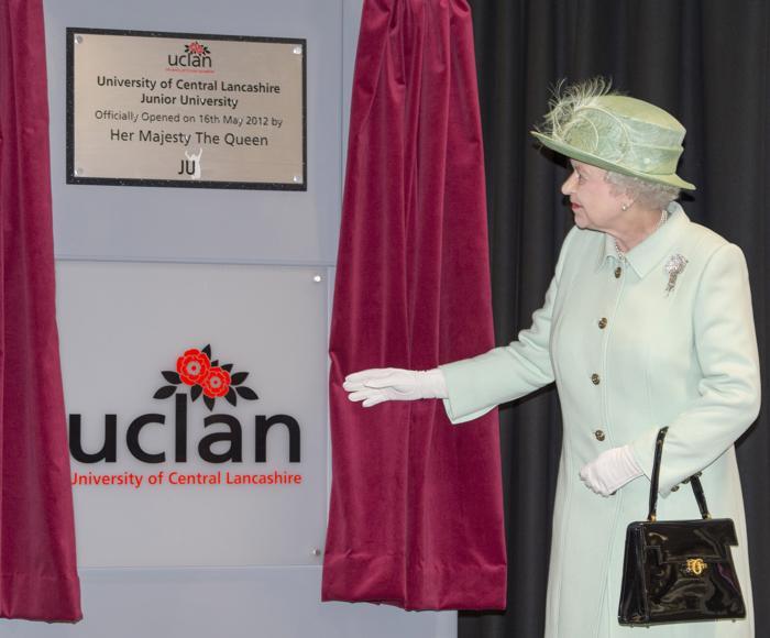 Королева Елизавета II посещает Северо-запад королевства. В Университете Центрального Ланкашира города Бернли Елизавете II представили мемориальную доску. Фоторепортаж. Фото: Paul Grover - WPA Pool/Getty Images
