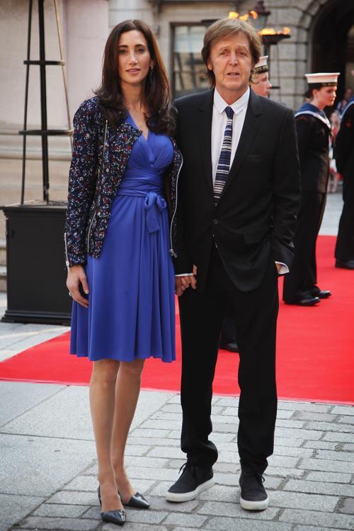Гости в Королевской академии искусств на церемонии Celebration of the Arts. Поль Маккартни (Paul McCartney) с женой Нэнси Шевел (Nancy Shevel). Фоторепортаж.  Фото: Carl Court  WPA Pool/Getty Images