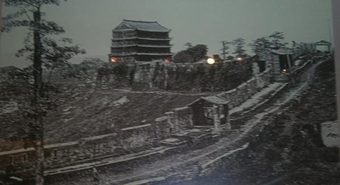 Фотография городской стены вдоль холма Юэсю с башней времён поздней династии Цин из музея г. Гуанчжоу. Фото: Ольга Судникович/Великая Эпоха (The Epoch Times)