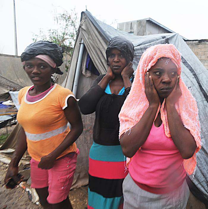 Гаити. Тропический шторм Isaac пронёсся над Порт-о-Пренс. Фоторепортаж.  Фото: THONY BELIZAIRE/AFP/GettyImages