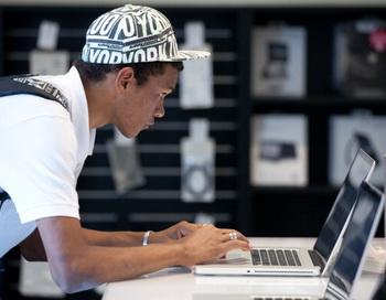 Владельцы компьютеров Apple платят за гостиницу больше, выяснила туристическая фирма. Фото: YASUYOSHI CHIBA/AFP/Getty Images
