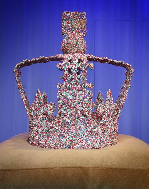 Фасад универмага  Harrods обновлён к юбилею правления британской королевы. Корона от брэнда Mulberry.  Фоторепортаж. Фото: Peter Macdiarmid/Getty Images