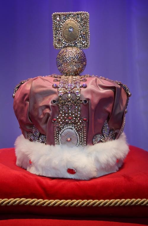 Фасад универмага  Harrods обновлён к юбилею правления британской королевы. Корона от брэнда Faberge.  Фоторепортаж. Фото: Peter Macdiarmid/Getty Images
