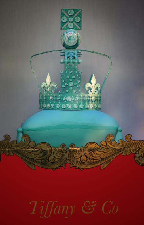 Фасад универмага  Harrods обновлён к юбилею правления британской королевы. Корона от брэнда Tiffany & Co.  Фоторепортаж. Фото: Peter Macdiarmid/Getty Images