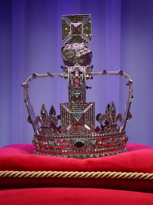 Фасад универмага  Harrods обновлён к юбилею правления британской королевы. Корона от брэнда Valentino.  Фоторепортаж. Фото: Peter Macdiarmid/Getty Images