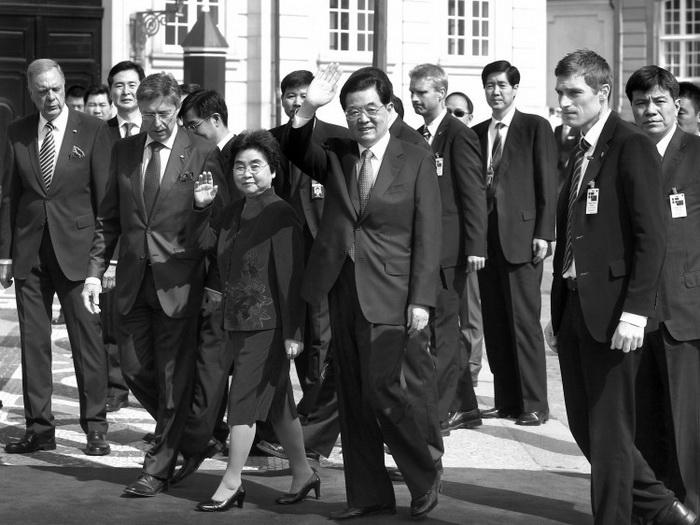 Лидер коммунистической партии Китая Ху Цзиньтао и его супруга Лю Юнцин в окружении встречающих и охраны, Копенгаген, 15 июня. Фото: AFP/Getty Images