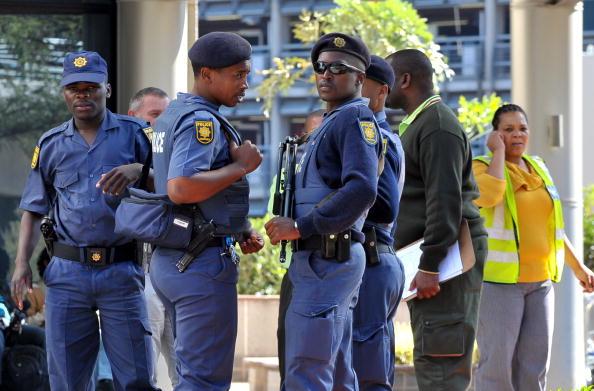 Полиция патрулирует около гостиницы в Иоганнесбурге.  Фото: ALEXANDER JOE/AFP/Getty Images