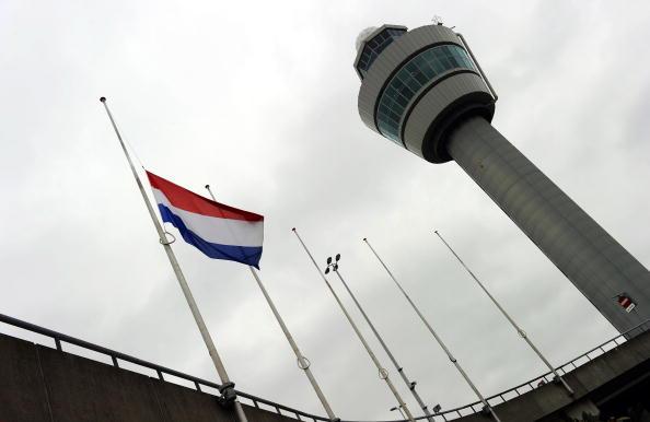 В Амстердаме по случаю гибели 61 пассажира из Голландии вывешены  приспущенные национальные флаги. Фото: TOUSSAINT KLUITERS/AFP/Getty Images
