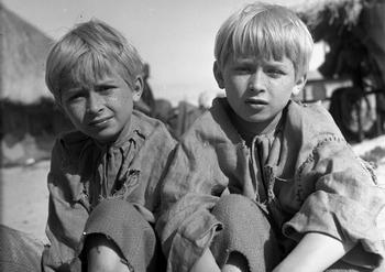 В 12-летнем возрасте Лех (слева) и Ярослав Качинские. Фото: Witold Rozmyslowicz/AFP/Getty Images