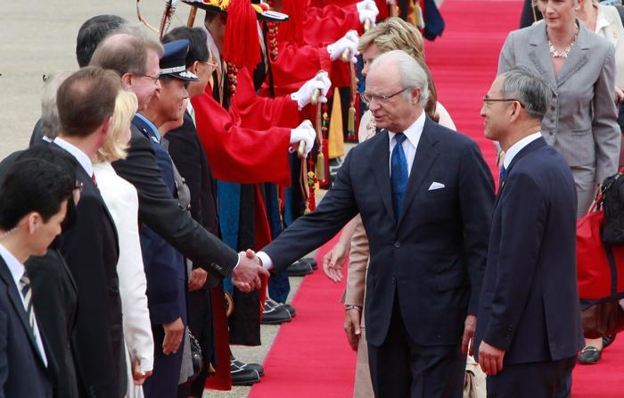Король и королева Швеции Карл XVI Густав и Сильвия 29 мая 2012 года в Сеуле посетили Национальный  музей. Фоторепортаж. Фото: Chung Sung-Jun/Getty Images