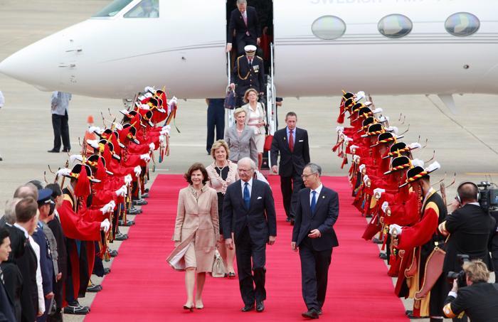 Король и королева Швеции Карл XVI Густав и Сильвия прибыли в Южную Корею с четырёхдневным визитом.  Фоторепортаж. Фото: Chung Sung-Jun/Getty Images