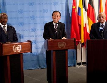 Специальный посланник Кофи Аннан, генеральный секретарь ООН Пан Ги Мун и доктор Набиль Эль-Араби — генеральный секретарь Лиги арабских государств, на пресс-конференции 7 июня 2012. Фото: Andrew Burton/Getty Images