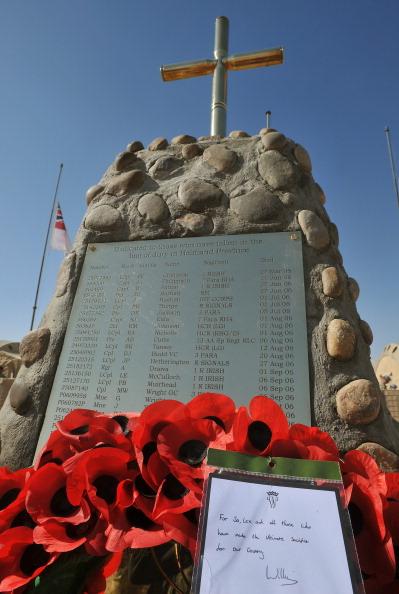 Принц Уильям ранее совершил службу поминовения и возложил свой венок из маков к мемориалу в Кэмп-Бастион в Афганистане. Фото: John Stillwell - WPA Pool/Getty Images