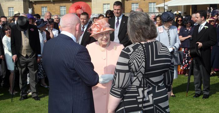 Королева Елизавета II принимала гостей в саду Букингемского дворца. Фоторепортаж. Фото: David Crump/WPA Pool/Getty Images