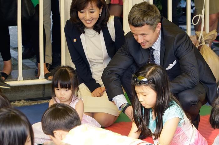 Принц и принцесса Дании Фредерик и Мэри в Южной Корее пообщались с южнокорейскими детьми во время  мероприятия  Lego World tower Korea на Олимпийском  стадионе в Сеуле. Фоторепортаж. Фото: Chung Sung-Jun/Getty Images