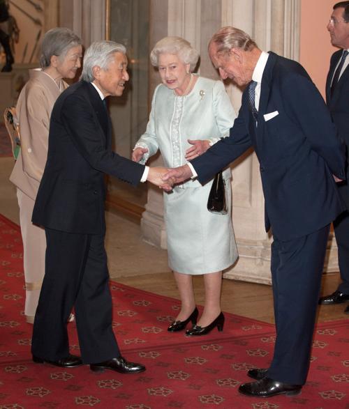Елизавета II и принц  Филипп принимают суверенных монархов  в Виндзорском  замке. Император и императрица Японии. Фоторепортаж. Фото: John Stillwell - WPA Pool/Getty Images