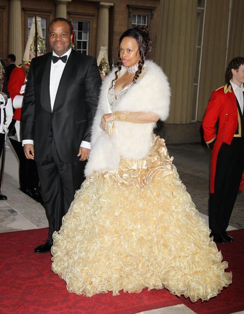 Монархи на приёме в Букингемском дворце по случаю юбилея правления королевы Елизаветы II.  Король Свазиленда с супругой. Фоторепортаж. Фото: Sean Dempsey - WPA Pool/Getty Images