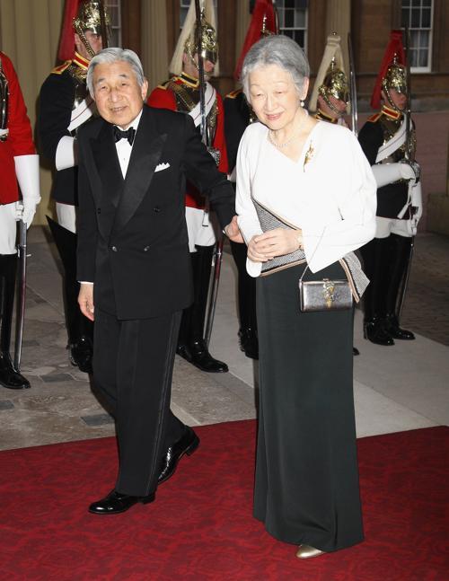 Монархи на приёме в Букингемском дворце по случаю юбилея правления королевы Елизаветы II. Император и императрица Японии. Фоторепортаж. Фото: Sean Dempsey - WPA Pool/Getty Images