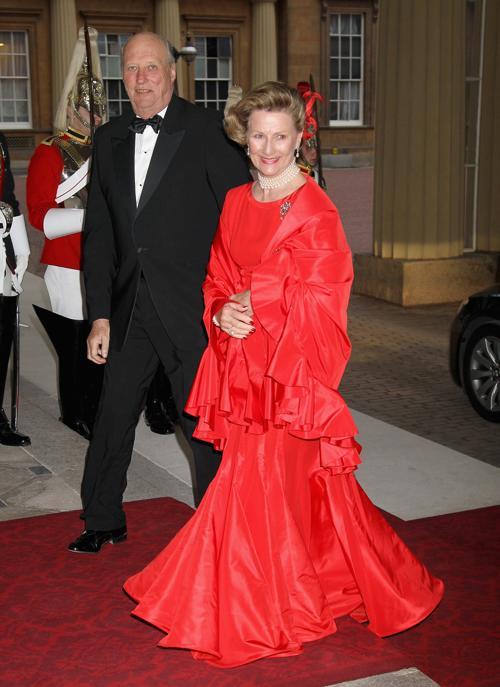 Монархи на приёме в Букингемском дворце по случаю юбилея правления королевы Елизаветы II. Король и королева  Норвегии. Фоторепортаж. Фото: Sean Dempsey - WPA Pool/Getty Images