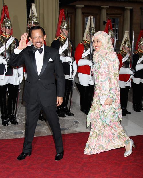 Монархи на приёме в Букингемском дворце по случаю юбилея правления королевы Елизаветы II. Султан и глава государства Бруней. Фоторепортаж. Фото: Sean Dempsey - WPA Pool/Getty Images