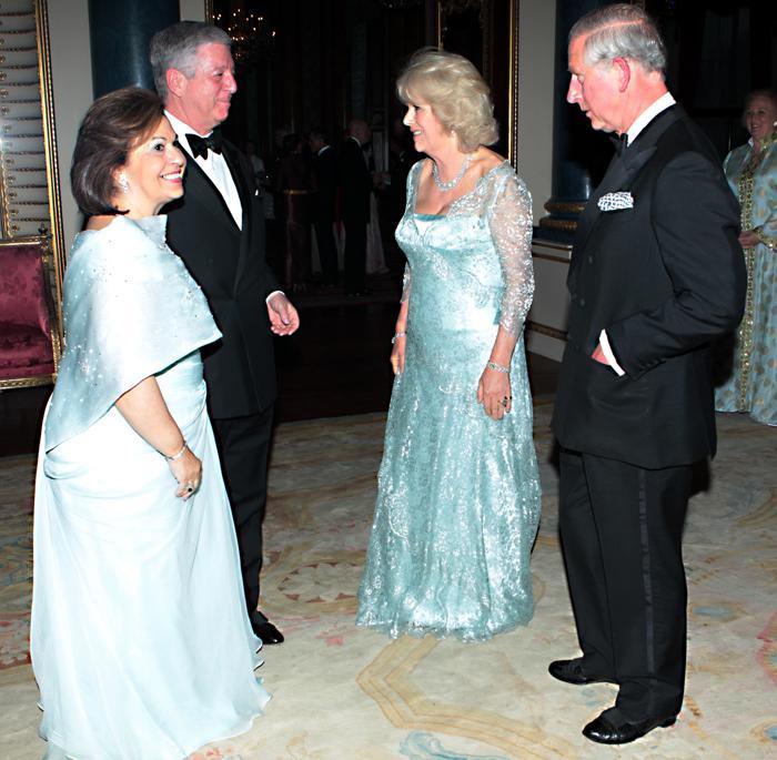Монархи на приёме в Букингемском дворце по случаю юбилея правления королевы Елизаветы II. Принц Чарльз и Камилла, герцог и герцогиня Корнуольские  и принц с принцессой Югославии. Фоторепортаж. Фото: Sean Dempsey - WPA Pool/Getty Images