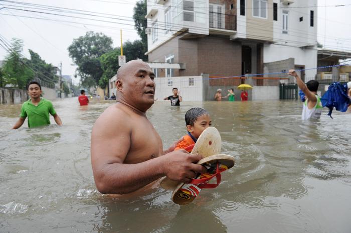 Фоторепортаж  о наводнение в пригородах Манилы. Фото: TED ALJIBE, JAY DIRECTO/AFP/GettyImages