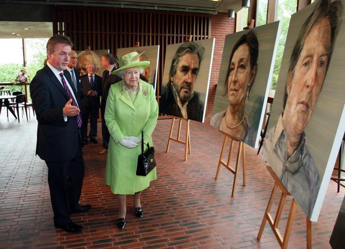 Королева Елизавета II на чаепитии в честь бриллиантового юбилея своего  правления приветствует  эскимосскую певицу  Селину Каллук, которая приехала на торжество с шестью недельной дочкой  Раматой. Фоторепортаж. Фото: Steve Parsons - WPA Pool/Getty Images