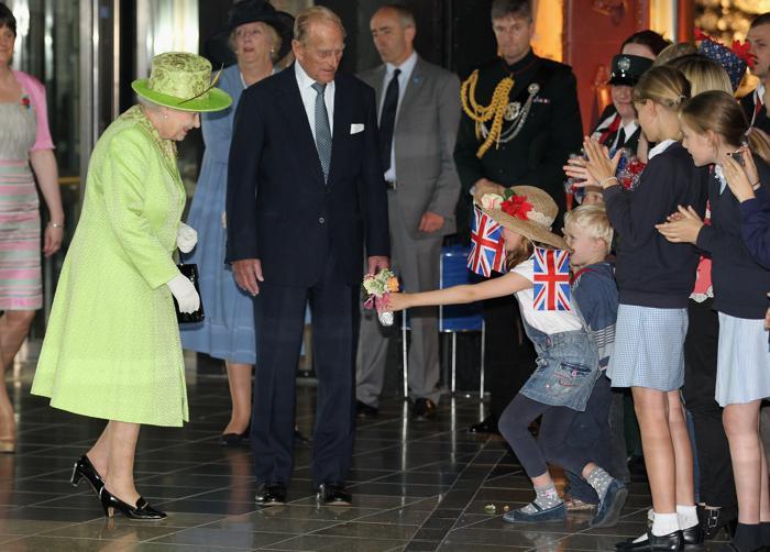 Королева Елизавета II на чаепитии в честь бриллиантового юбилея своего  правления приветствует артистов, среди которых известная английская певица, поэтесса и актриса Джосс Стоун (слева вторая),  Фоторепортаж. Фото: Steve Parsons - WPA Pool/Getty Images