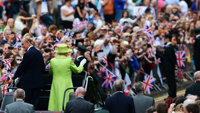 Королева Елизавета II принимала гостей на чаепитии в честь бриллиантового юбилея её правления. Alan Titchmarsh и  Angela Rippon. Фоторепортаж. Фото: Steve Parsons - WPA Pool/Getty Images