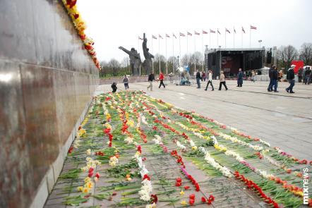 В честь 65-летия Победы сегодня в парке Победы столицы Латвии -  Риге прошло ряд мероприятий. Фоторепортаж.  Фото с сайта mixnews.lv