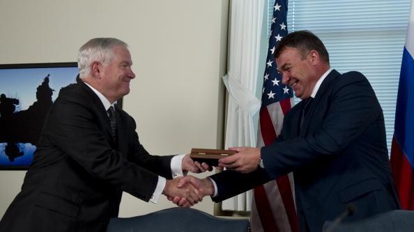 Роберт Гейтс и  Анатолий Сердюков, министры обороны США подписали договор о военном сотрудничестве. Фоторепортаж. Фото: JIM WATSON/AFP/Getty Images