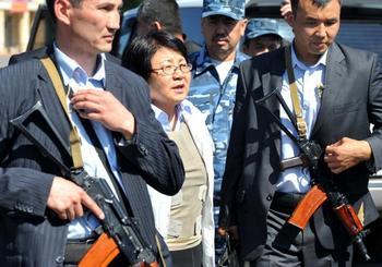 Роза Отунбаева прибыла в Ош.  Фото: VICTOR DRACHEV/AFP/Getty Images
