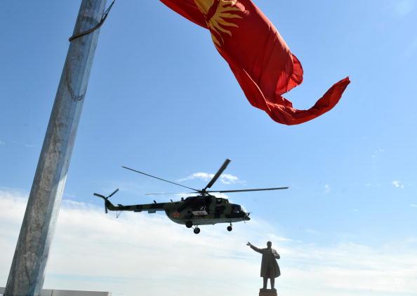 Роза Отунбаева начала поездку в Ош с облета территории города на вертолете.  Фото: VICTOR DRACHEV/AFP/Getty Images