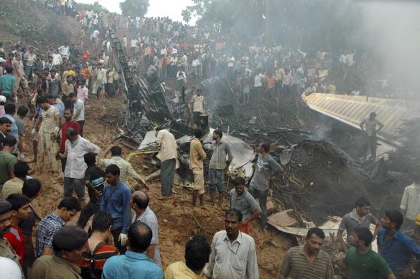 Разбился пассажирский самолет в Индии: на месте катастрофы самолета. Фото: STR/AFP/Getty Images