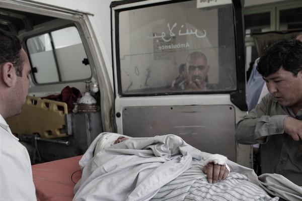 После террористической атаки террориста-смертника 20 раненых были госпитализированы. Тела убитых были вывезены. Фоторепортаж. Фото:  MAURICIO LIMA/AFP/Getty Images