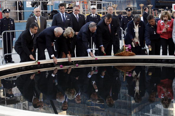 Башни-близнецы 11 сентября 2001 года в Манхеттене были разрушены террористами. Сегодня на месте теракта огласят списки погибших. Вице-президент Джо Байден  и его супруга Джил, мэр Нью-Йорка Майкл Блумберг, нью-йоркский губернатор Дэвид Пэтерсон и губернатор Нью-Джерси Крис Кристи в эпицентре во время ежегодной поминальной службы 11 сентября 2010 в Нью-Йорке. Фото: Spencer Platt John/Angelillo-Pool/Getty Images