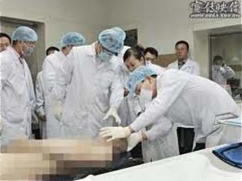 Ван Лицзюн показывает военным чиновникам свою лабораторию в городе Цзиньчжоу провинции Ляонин, которая относится к Бюро общественной безопасности, когда он был там руководителем PSB. Согласно его признанию, сделанному в 2006 году, он провёл тысячи казней и пересадок органов. Фото предоставлено WOIPFG